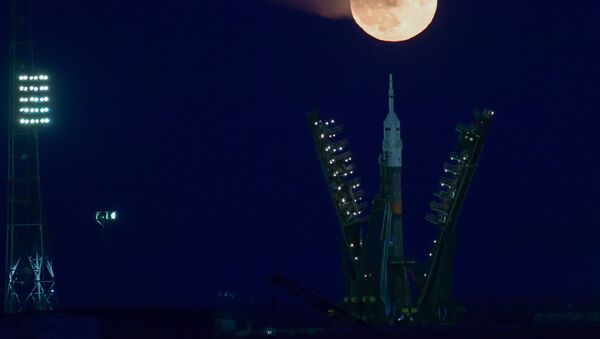 Ракета-носитель Союз-ФГ на фоне суперлуны на космодроме Байконур - Sputnik Азербайджан