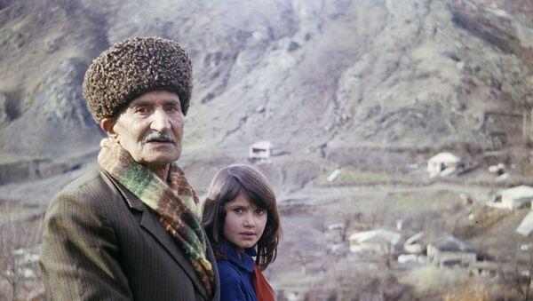 Долгожитель из Азербайджана Рустам-киши (101 год) и его дочь, село Касым-бина-кенд, Кельбаджарский район, 1981 год - Sputnik Азербайджан