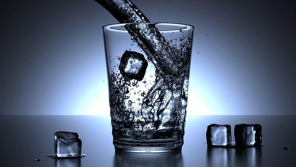 Питьевая вода и кубики льда, фото из архива - Sputnik Azərbaycan