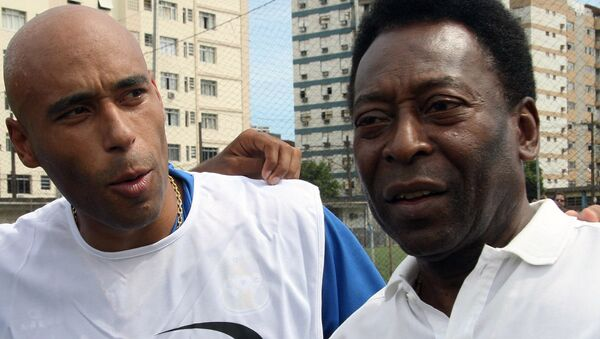 Легендарный бразильский футболист Пеле (справа) и его сын Эдсон Шолби Насименту - Sputnik Азербайджан