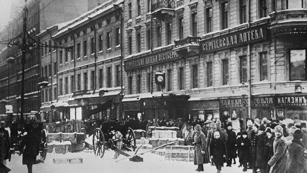 Баррикады на Литейном проспекте. Петроград, февраль 1917 года. - Sputnik Азербайджан