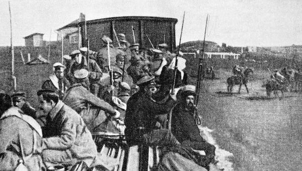 Солдаты возвращаются домой. В результате работы большевистских агитаторов солдаты отказались поддержать мятеж генерала Корнилова, который ставил своей целью установление военной диктатуры в России. 1917 год - Sputnik Azərbaycan