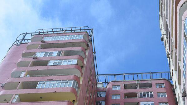 Многоэтажный дом с двухъярусной мансардой, металлическое листовое покрытие которой снес ветер - Sputnik Азербайджан