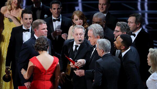 89-я церемония вручения кинопремии Оскар. Голливудский актер Уоррен Битти после того, как он неправильно назвал победителя в номинации Лучший фильм - Sputnik Азербайджан