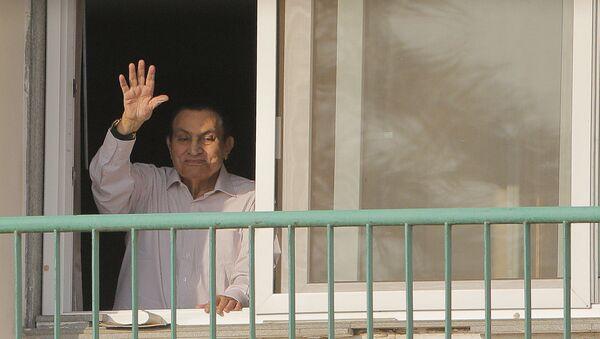 Свергнутый бывший президент Египта Хосни Мубарак приветствует своих сторонникам из своей комнаты в военном госпитале Маади, 6 октября 2016 года - Sputnik Azərbaycan