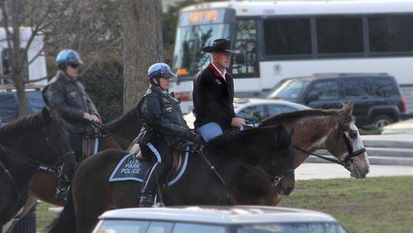 Новый глава МВД США Райан Зинке прибыл на службу верхом на коне и в ковбойской шляпе - Sputnik Азербайджан