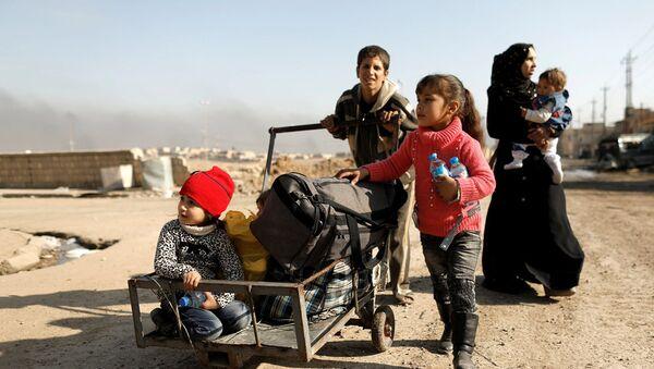 Дети-беженцы в западном Мосуле, 7 марта 2017 года - Sputnik Азербайджан
