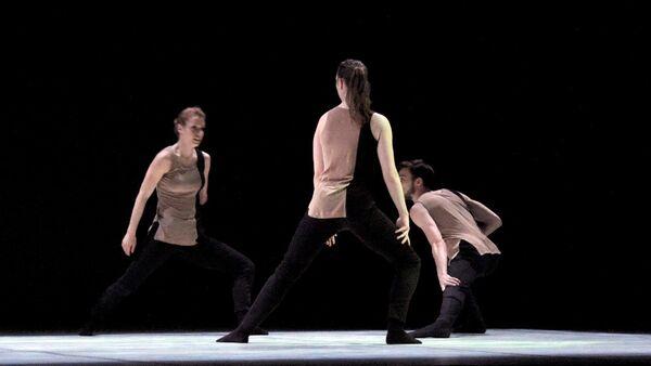Выступление танцевальной группы Candoco на сцене Азербайджанского государственного драматического театра - Sputnik Азербайджан