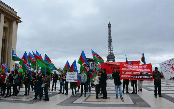 Азербайджанские диаспорские организации провели акцию протеста в связи с визитом во Францию президента Армении Сержа Саргсяна - Sputnik Азербайджан