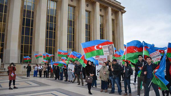 Акция протеста в Париже - Sputnik Азербайджан