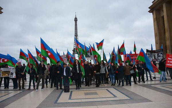 Собравшиеся выразили протест против визита в Париж Саргсяна, указав на его вину в происходящих в Карабахе событиях - Sputnik Азербайджан