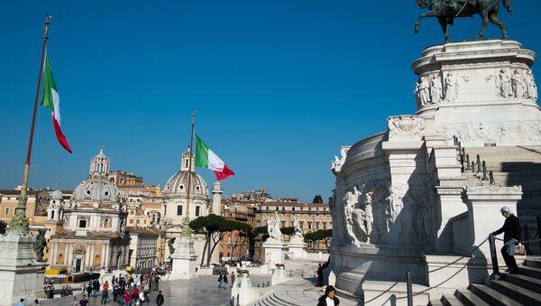 Площадь Венеции (Piazza Venezia) в Риме, фото из архива - Sputnik Азербайджан