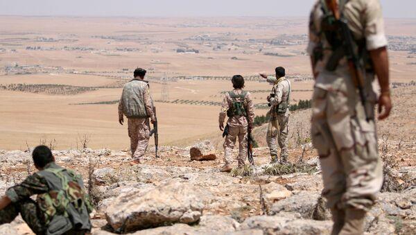 Солдаты сирийской армии на юге города Манбидж, провинция Алеппо, фото из архива - Sputnik Azərbaycan