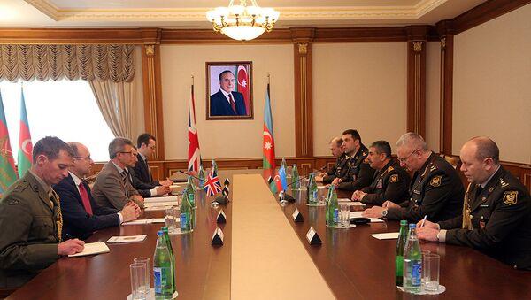 Министр обороны Азербайджана встретился с делегацией Министерства обороны Великобритании - Sputnik Азербайджан