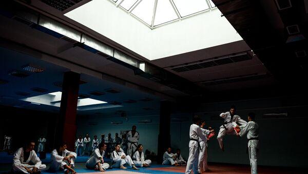 Посетители на занятиях по каратэ, фото из архива - Sputnik Азербайджан