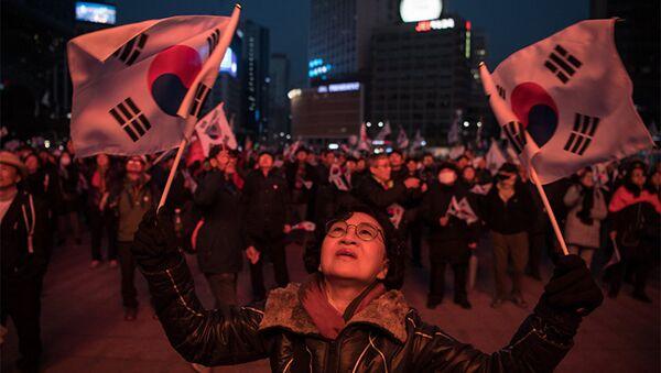 Сторонники президента Южной Кореи Пак Кын Хе вышли на демонстрацию в Сеуле, фото из архива - Sputnik Азербайджан