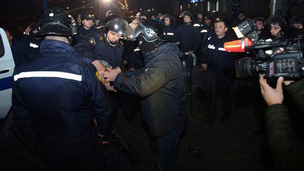 Сотрудники полиции задерживают одного из участников беспорядков в Батуми - Sputnik Azərbaycan