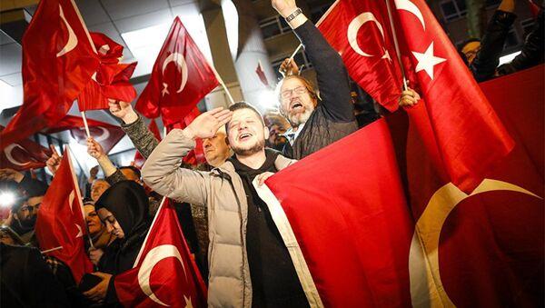 Демонстранты рядом с терецким консульством в Роттердаме - Sputnik Азербайджан