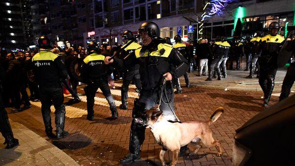 Столкновения сотрудников полиции специального назначения с демонстрантами на улицах возле турецкого консульства в Роттердаме, Нидерланды, 12 марта 2017 года - Sputnik Азербайджан