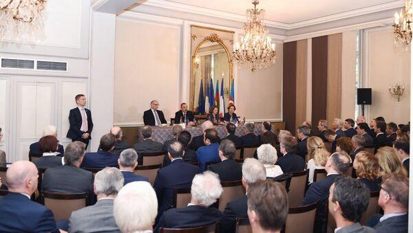 Президент Азербайджана Ильхам Алиев встретился с членами бизнес-совета Движения предприятий Франции - Sputnik Азербайджан