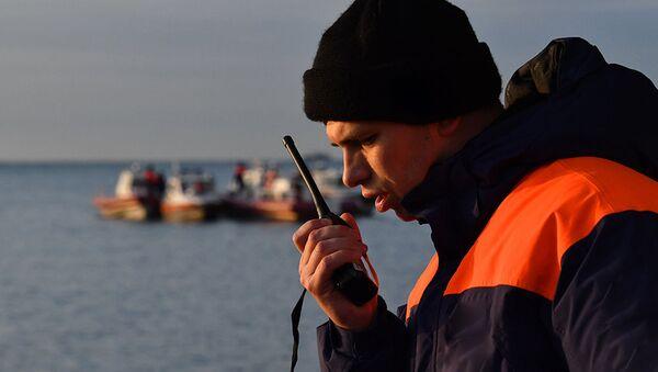 Сотрудник МЧС во время поисково-спасательной операции - Sputnik Азербайджан