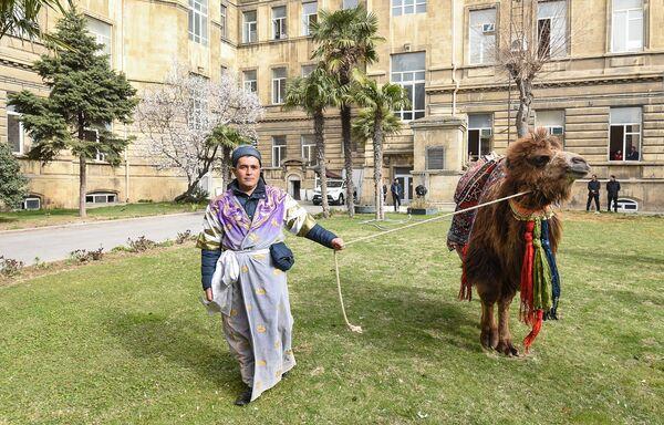 Праздничное шествие посвященное последнему вторнику перед Новруз Байрамы в центре Баку - Sputnik Азербайджан