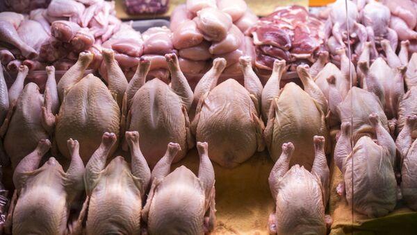 Прилавок с мясом птицы, фото из архива - Sputnik Азербайджан