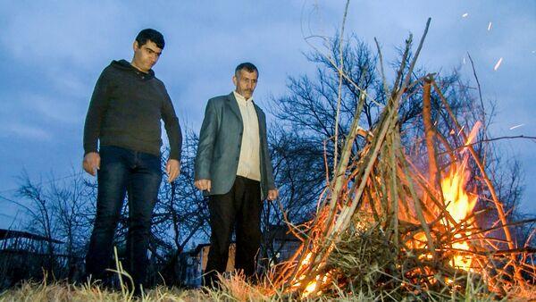 Семья Ахмедовых возле праздничного костра в селе Чеменли Агдамского района - Sputnik Азербайджан