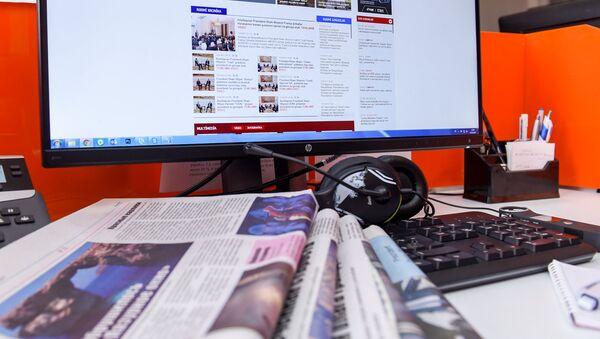 Газеты на компьютерной клавиатуре, фото из архива - Sputnik Азербайджан