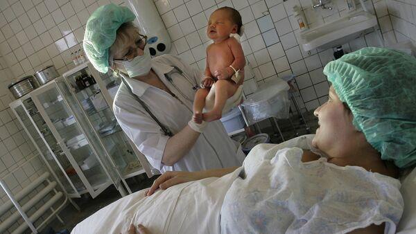 Роженица и новорожденный в родовом зале перинатального отделения детской городской больницы - Sputnik Azərbaycan