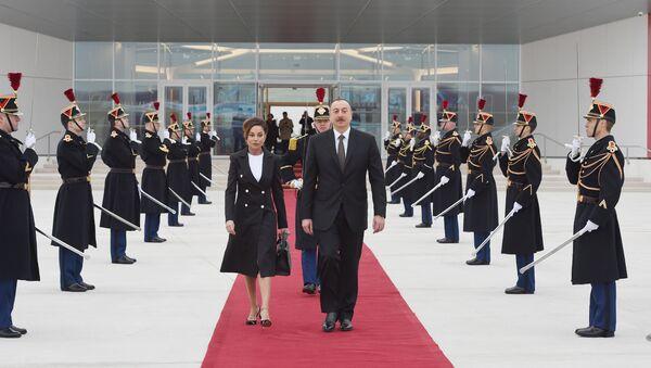 Ильхам Алиев и Мехрибан Алиева в международном аэропорту Орли - Sputnik Азербайджан