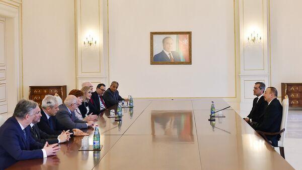 Президент Ильхам Алиев принял членов правления Международного центра Низами Гянджеви - Sputnik Азербайджан