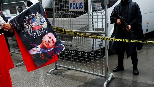 Уличный торговец продает флаги во время акции протеста перед голландским консульством в Стамбуле, Турция, 12 марта 2017 - Sputnik Азербайджан