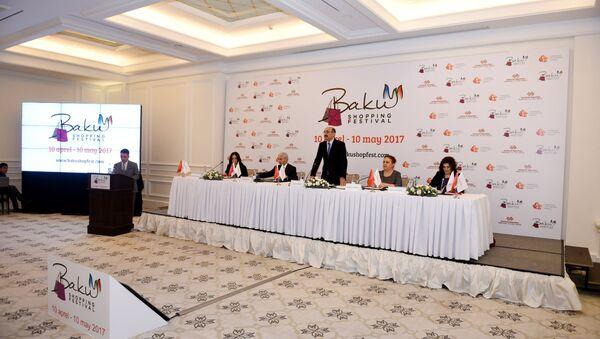 Выступление министра культуры и туризма Абульфаза Гараева на пресс-конференции, предваряющей открытие в Баку первого шопинг-фестивал - Sputnik Азербайджан