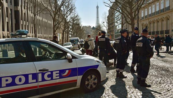 Cотрудники французской полиции у главного входа парижского офиса Международного валютного фонда, 16 марта 2017 года - Sputnik Азербайджан