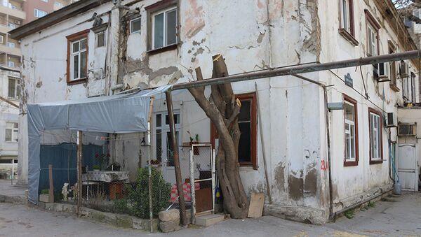 Спиленное дерево во дворе дома - Sputnik Азербайджан