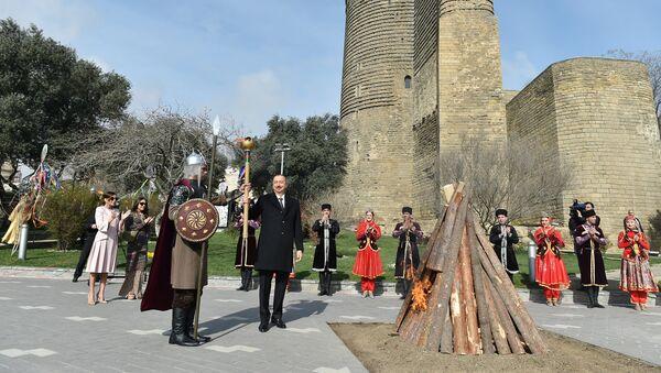 Ильхам Алиев принял участие в общенародном веселье по случаю Новруз байрамы - Sputnik Азербайджан