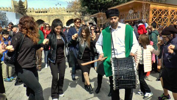Привет, весна: танцами и хороводами жители Баку встречают Новруз - Sputnik Азербайджан