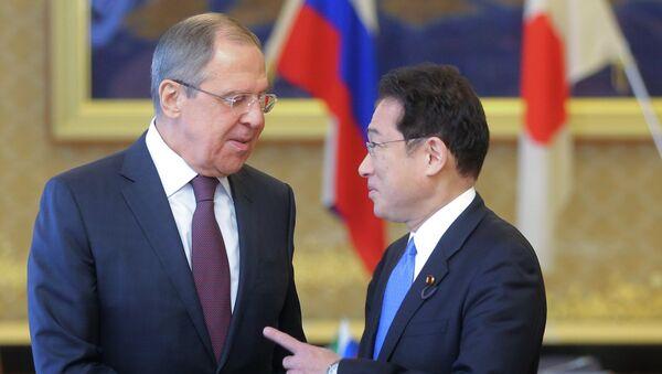 Министр иностранных дел Японии Фумио Кисида и министр иностранных дел РФ Сергей Лавров (слева) во время встречи в рамках своего визита в Японию. - Sputnik Азербайджан