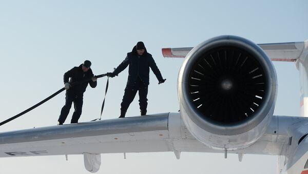 Заправка топливом самолета Ан-74 - Sputnik Азербайджан