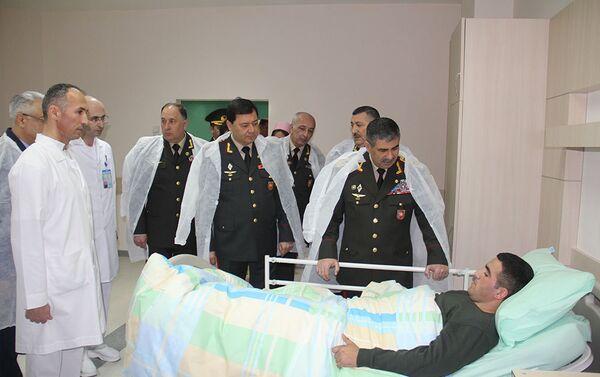 По случаю праздника Новруз руководство Министерства Обороны посетило военный госпиталь - Sputnik Азербайджан