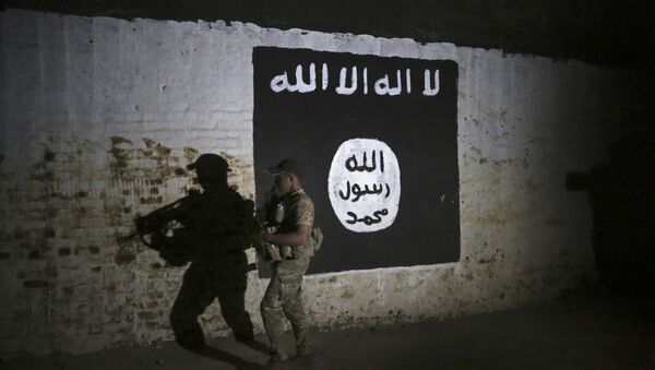 Иракский солдат осматривает железнодорожный туннель, который использовался боевиками ИГ в качестве тренировочного лагеря, Мосул, Ирак, 1 марта 2017 года - Sputnik Азербайджан