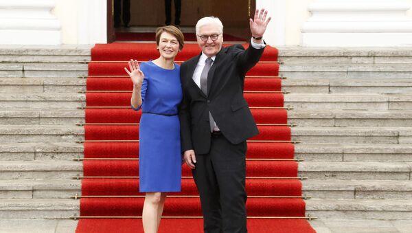 Франк-Вальтер Штайнмайер с женой Элькой Бюденбендер, 19 марта 2017 года - Sputnik Азербайджан