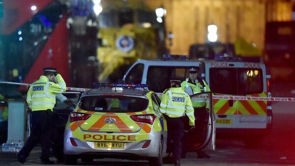 Полицейские на месте теракта на Вестминстерском мосту в Лондоне, 22 марта 2017 года - Sputnik Азербайджан