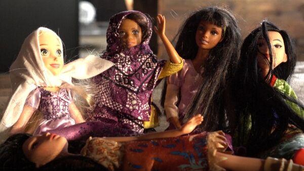 Жительница США начала выпускать хиджабы для Барби - Sputnik Азербайджан