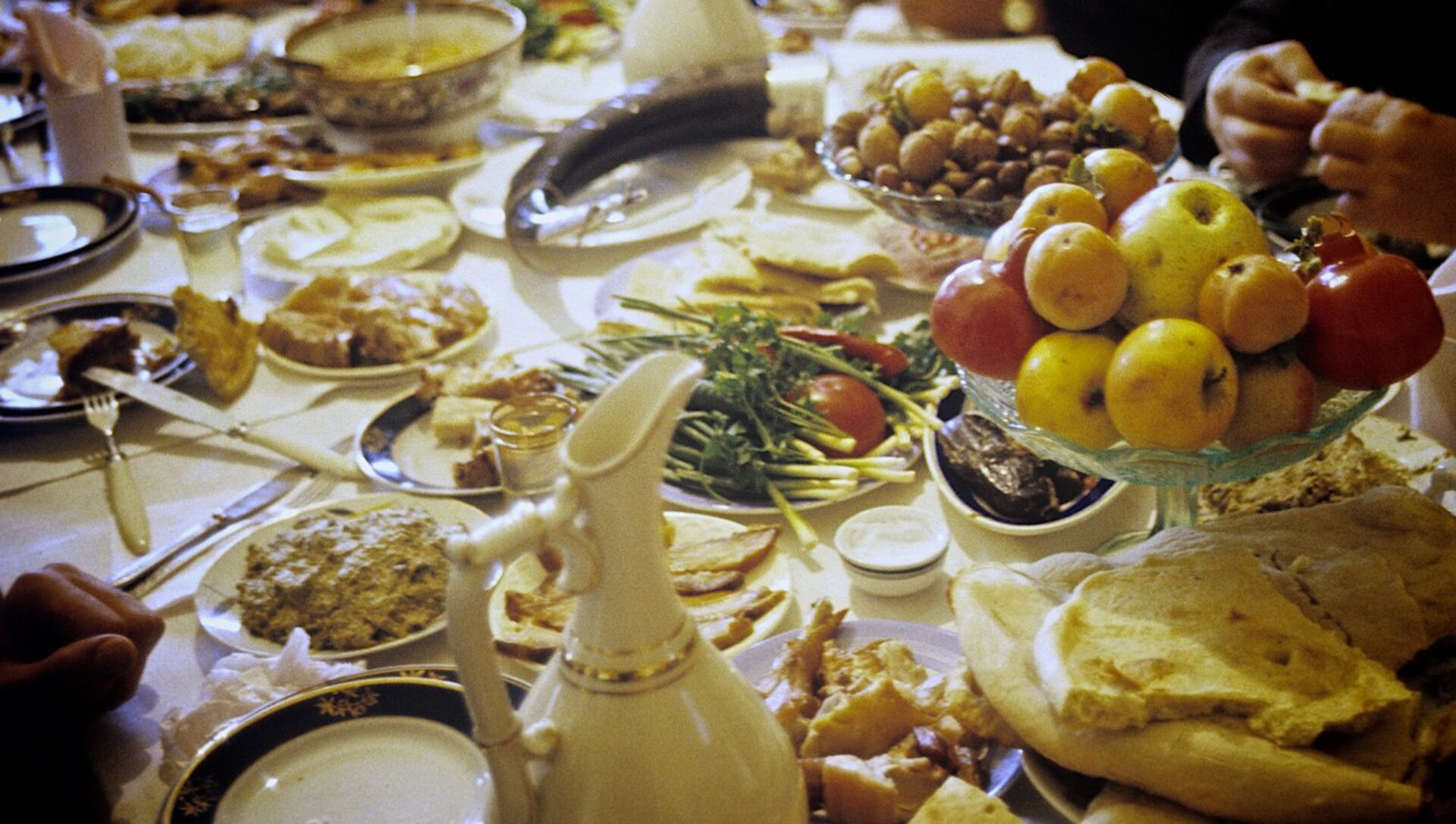 Грузинское застолье - семья собралась за ужином в одном из сел Терджольского района. - Sputnik Азербайджан, 1920, 12.04.2021