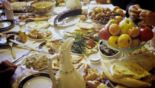 Грузинское застолье - семья собралась за ужином в одном из сел Терджольского района. - Sputnik Азербайджан