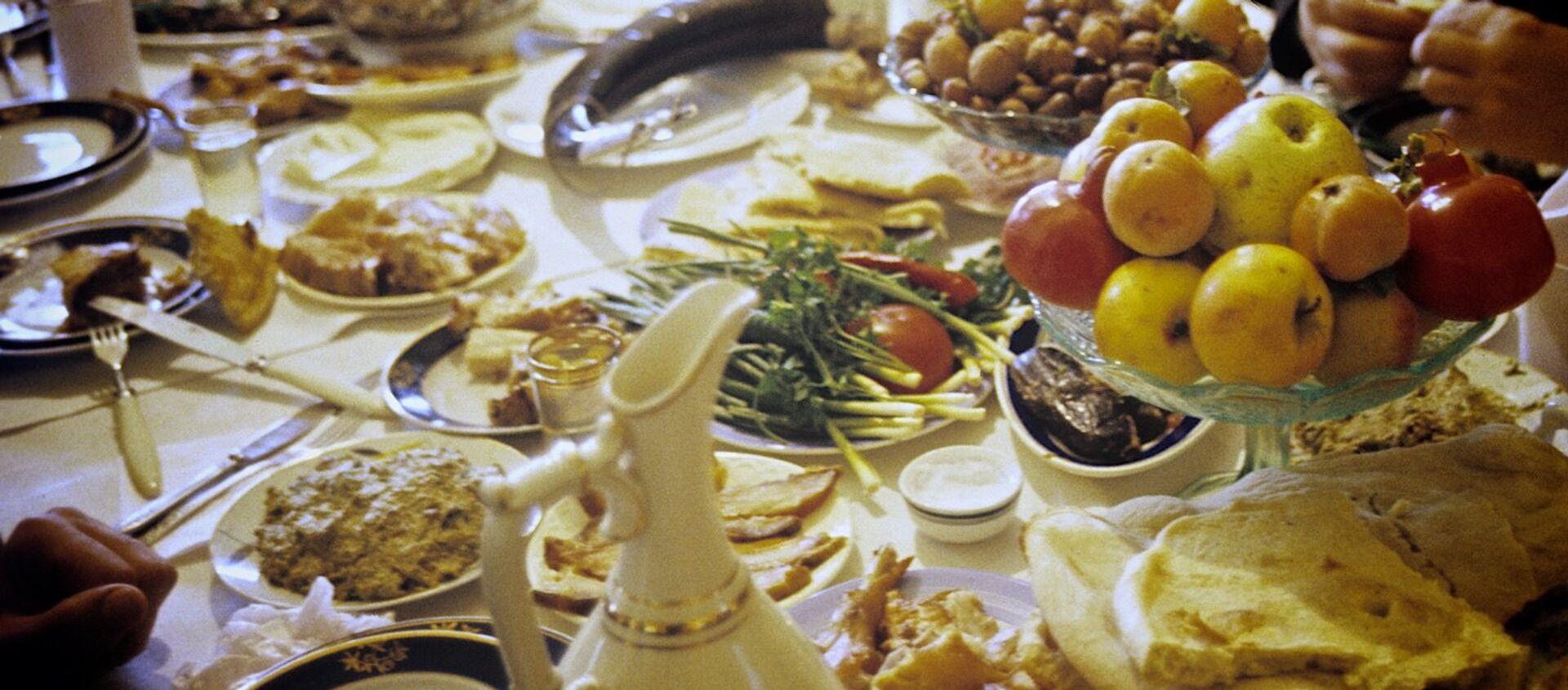 Грузинское застолье - семья собралась за ужином в одном из сел Терджольского района. - Sputnik Азербайджан, 1920, 16.02.2021