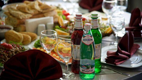 Боржоми и грузинский лимонад. Столик в ресторане - Sputnik Азербайджан