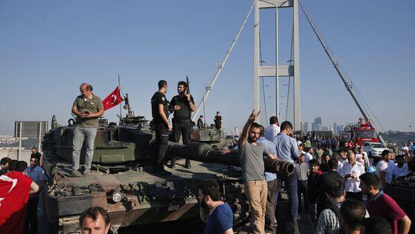 Люди на танках, брошенных путчистами, на фоне знаменитого Босфорского моста в Стамбуле, 16 июля 2016 года - Sputnik Азербайджан